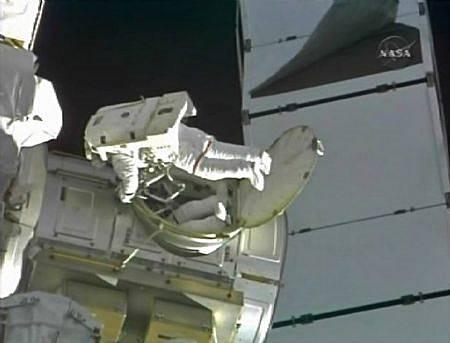 Salah satu astronot yang sedang membersihkan tangki amoniak di luar angkasa