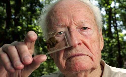 Ilmuwan Thomas Harvey sedang memegang specimen otak Albert Einstein