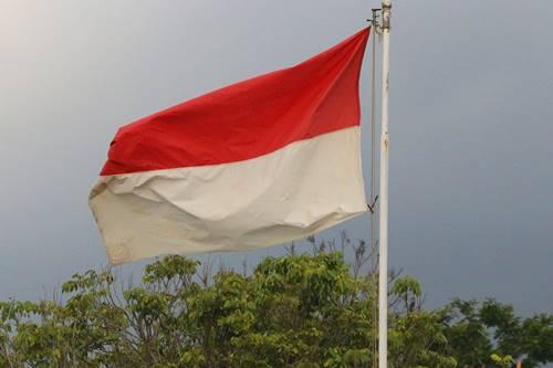 Sejarah Indonesia :  Bendera merah putih yang sedang berkibar