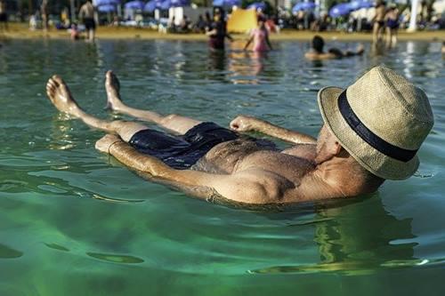 posisi telentang saat berenang di laut mati