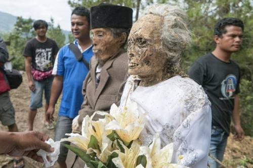 Jenazah yang sudah dibersihkan dan digantikan pakaian baru dalam upacara Ma'nene di Toraja