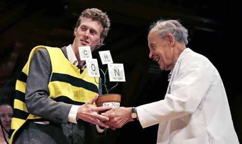 Michael Smith dengan kostum lebah menerima penghargaan