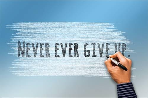 Tulisan Never Ever Give up yang artinya Jangan menyerah