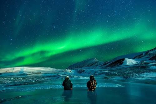 Aurora fenomena atmosfer indah di suatu tempat yang dingin