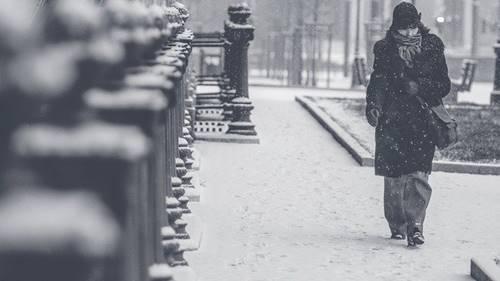 musim dingin akan lebih dingin di suatu negara orang tampak menggunakan mantel tebal