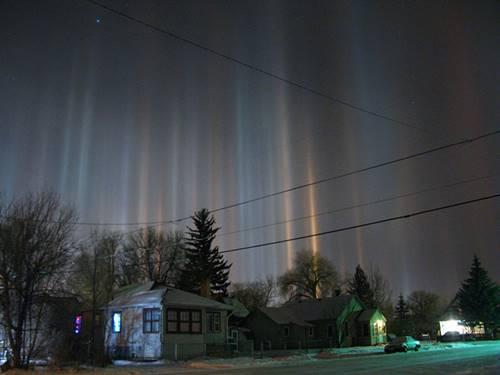 cahaya light pillar dari pantulan cahaya ribuan es kecil di awan