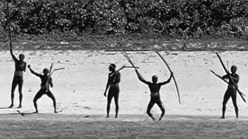 Suku sentinel sedang membawa busur panah