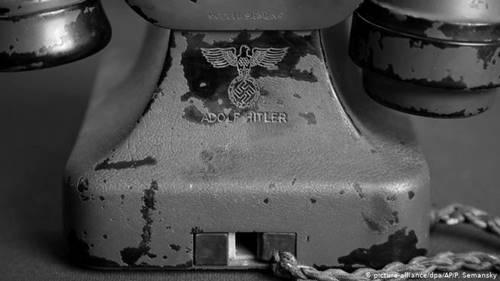 pesawat telepon tua dan antik milik Adolf Hitler berlogo yang sama