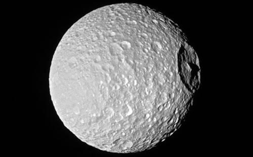 satelit alami Mimas mengorbit planet Saturnus