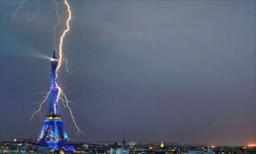 Petir di menara Eifel Perancis