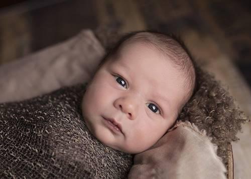 Seorang bayi yang sedang menatap ke kamera