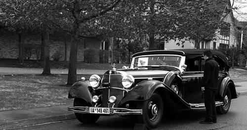mobil Mercy sang Diktator NAZI sedang diperhatikan seseorang