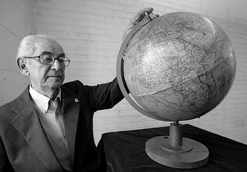 seseorang sedang memegang Globe peninggalan Hitler