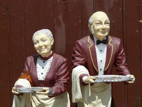Ilustrasi gambar dua orang pelayan pramusaji
