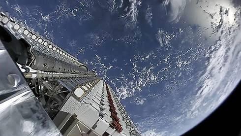 60 satelit Starlink ditumpuk jadi satu sebelum dilepaskan pada 24 Mei 2019