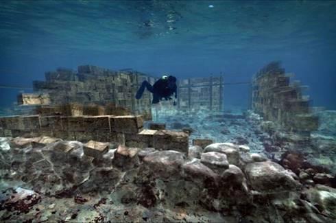 Penyelam menjelajahi reruntuhan Pavlopetri