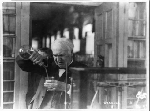 Thomas Edison sedang bereksperimen di laboratoriumnya