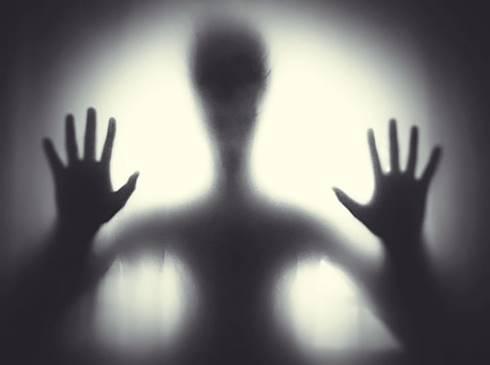 alien dalam hitam putih