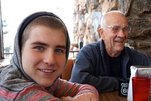 ilustrasi kakek dan cucu