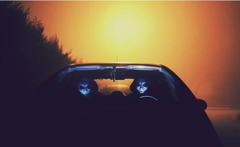 dua alien dalam mobil