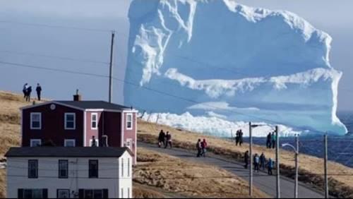 fenomena Bumi sebuah gunung es mendekati pulau di Greenland