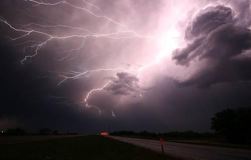 petir Ball thunder biasanya menyambar gedung-gedung tinggi