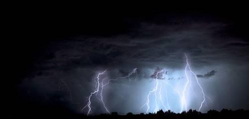 petir multiple strike bisa menyambar hingga tanah saat terjadi badai