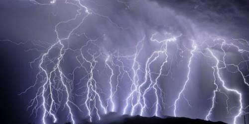 ilustrasi petir ganas di kota Depok karena pengaruh angin