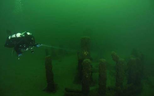 Formasi batu mirip Stonehenge di dasar Danau Michigan. (The Edge)