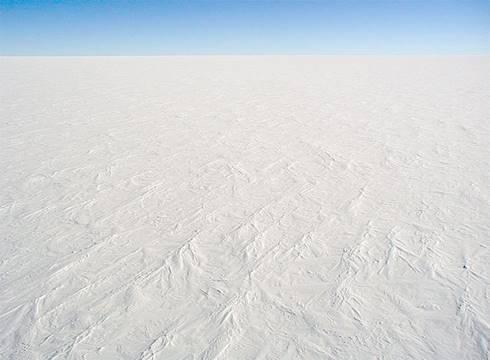 Foto permukaan bersalju di Dome C Station, Antartika. Foto ini mewakili sebagian besar permukaan benua.