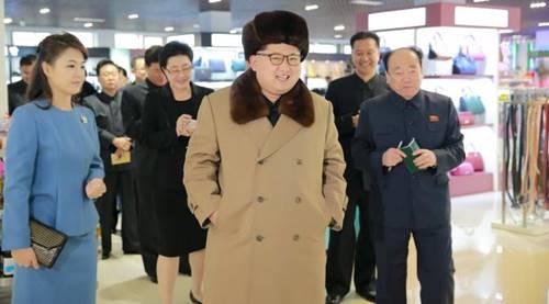 pemimpin negara komunis Korea Utara sedang berjalan di Mall