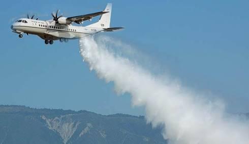Pesawat militer yang sedang digunakan untuk cloud seeding. (SnowBrains)