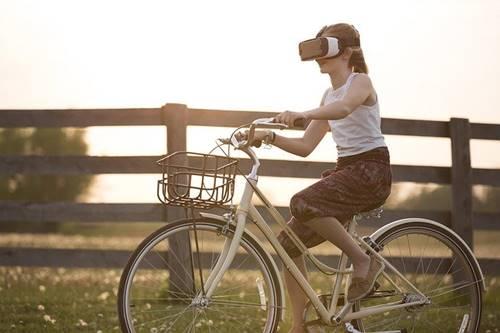 seorang anak perempuan sedang menggunakan teknologi canggih VR