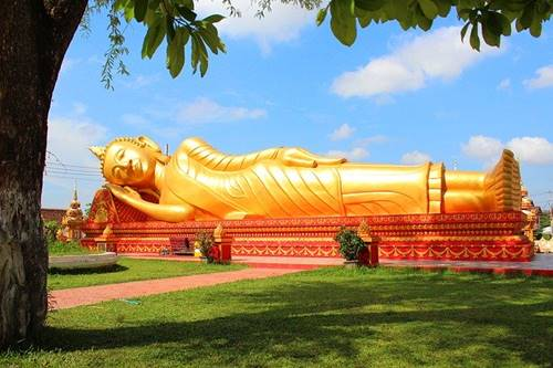 Patung raksasa Budha di negara komunis Laos