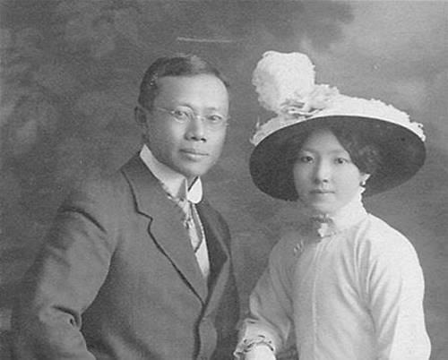 Dokter Wu Lien teh pencetus masker kain pertama di Asia berfoto dengan sang istri