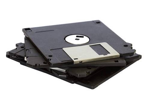 menyimpan file foto dan data penting di disket teknologi dulu
