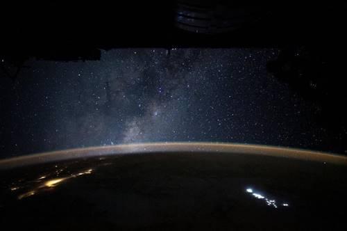 garis terminator Bumi seperti cahaya pantulan atmosfer