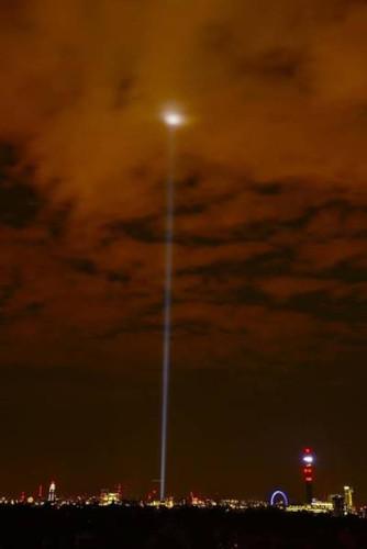 cahaya laser yang memancar ke langit