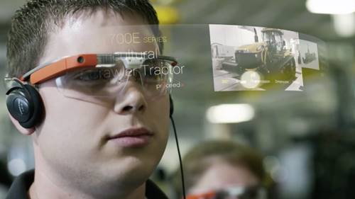 seorang anak prina sedang bermain dengan Google Glass, produk teknologi gagal dari Google