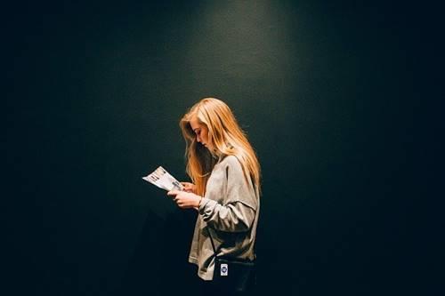 tipe kepribadian yang sering bengong dan asik sendiri seperti wanita yang sedang membaca buku ini