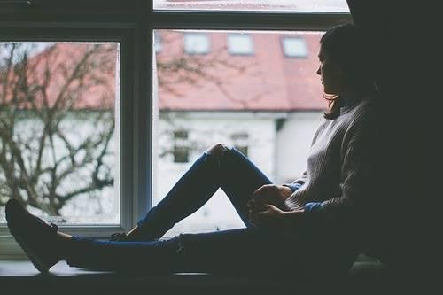 wanita yang sedang melamun dan terlalu lamban untuk bergerak juga introvert