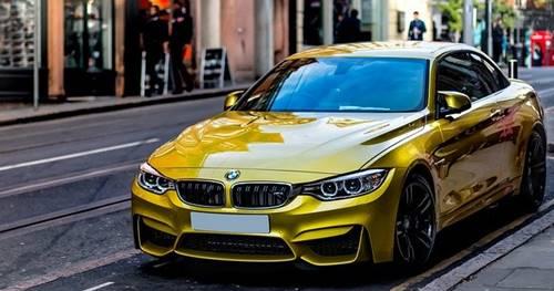 salah satu mobil BMW terpakir di pinggir jalan