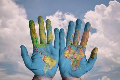 Warna kulit manusia berbeda sesuai dengan tempat tinggalnya