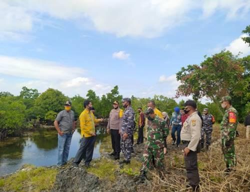 Para Polisi dan TNI di Pulau Buton