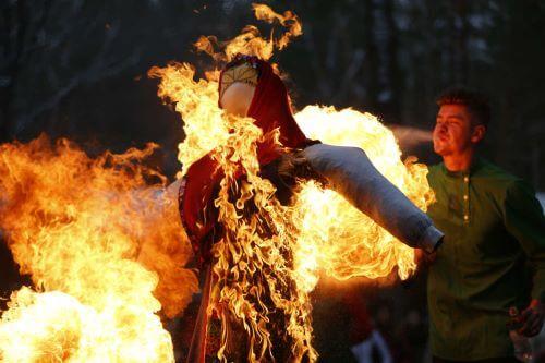 Membakar Patung di Panama
