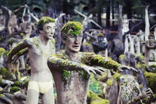 patung manusia yang jadi seram ya saat malam hari