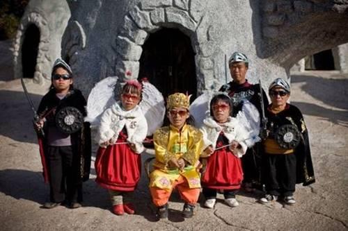 pertunjukan rakyat kurcaci di Ynan Cina